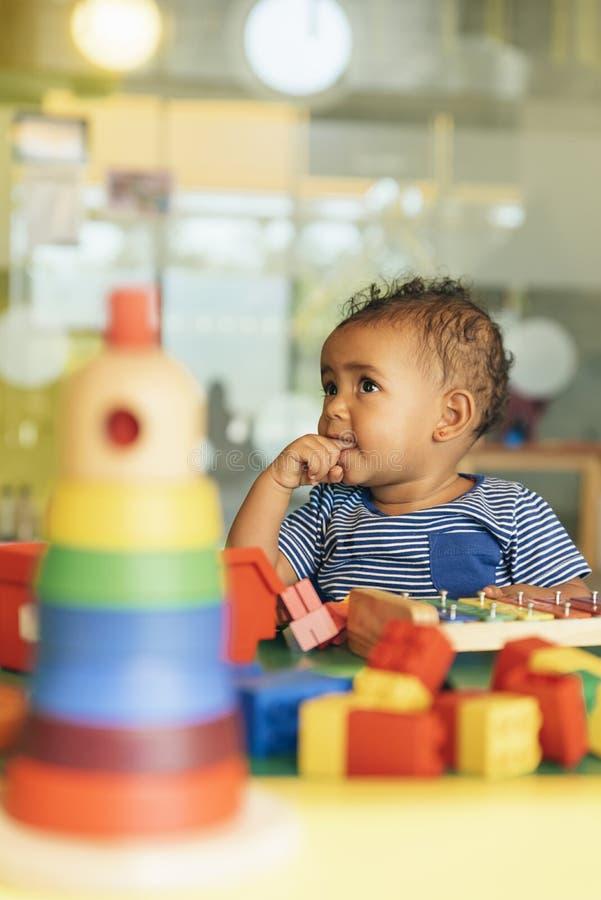 Lyckligt behandla som ett barn att spela med leksakkvarter fotografering för bildbyråer