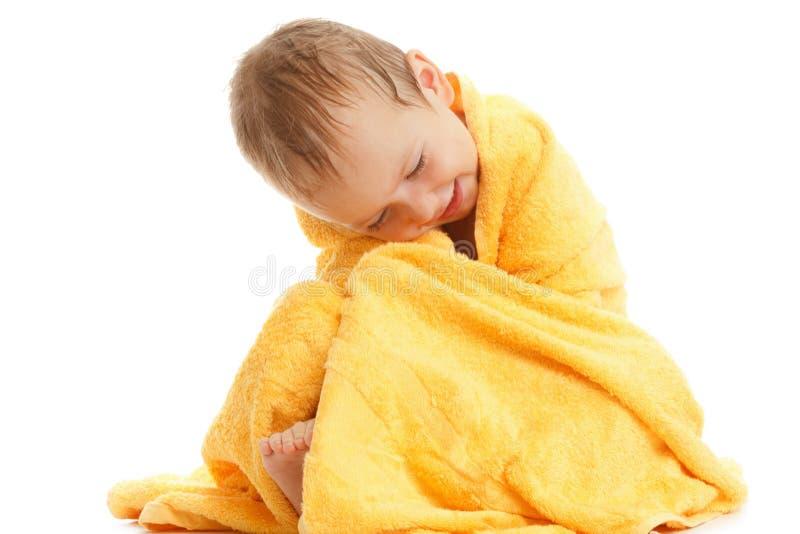 Lyckligt behandla som ett barn bärande gult handduksammanträde efter bad eller duscha arkivbilder