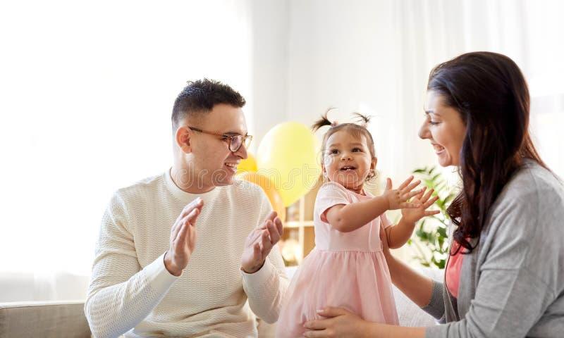 Lyckligt behandla som ett barn flickan och det hemmastadda födelsedagpartiet för föräldrar fotografering för bildbyråer