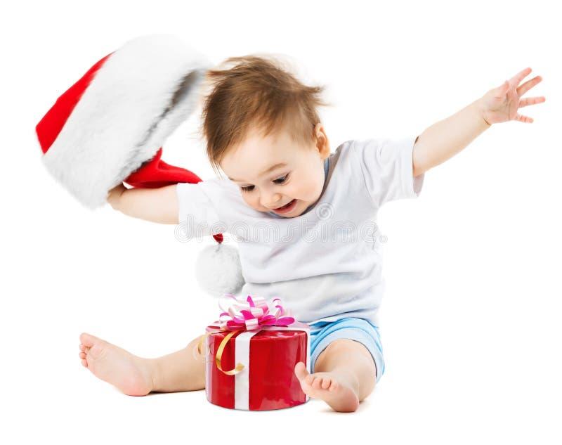 Lyckligt behandla som ett barn gåvor på jul, genom att kasta hans hatt arkivfoton