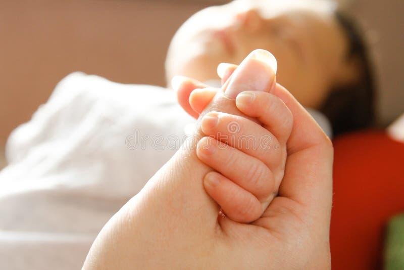 Lyckligt behandla som ett barn hand- och förälderns bakgrund arkivbild