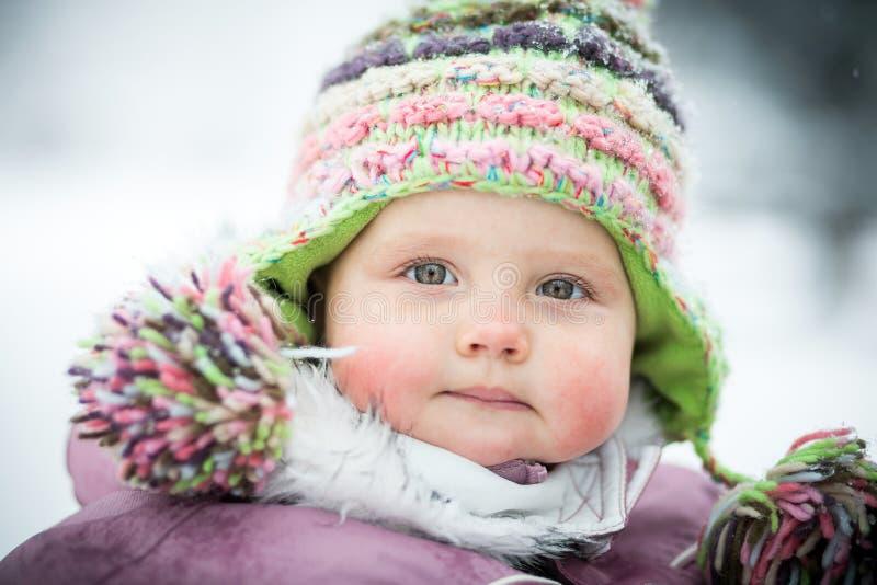 Lyckligt behandla som ett barn på vinterbakgrunden fotografering för bildbyråer