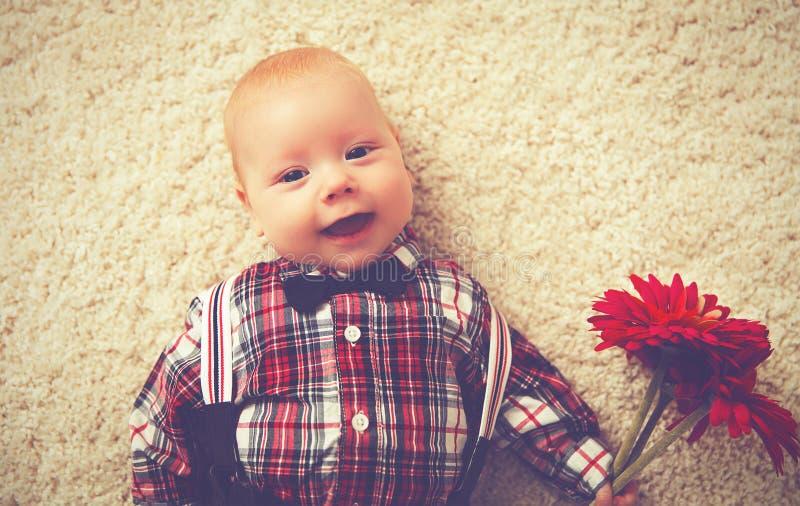 Lyckligt behandla som ett barn pojkegentlemannen med blomman royaltyfri foto