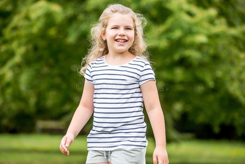 Lyckligt blont barn i sommar royaltyfri foto