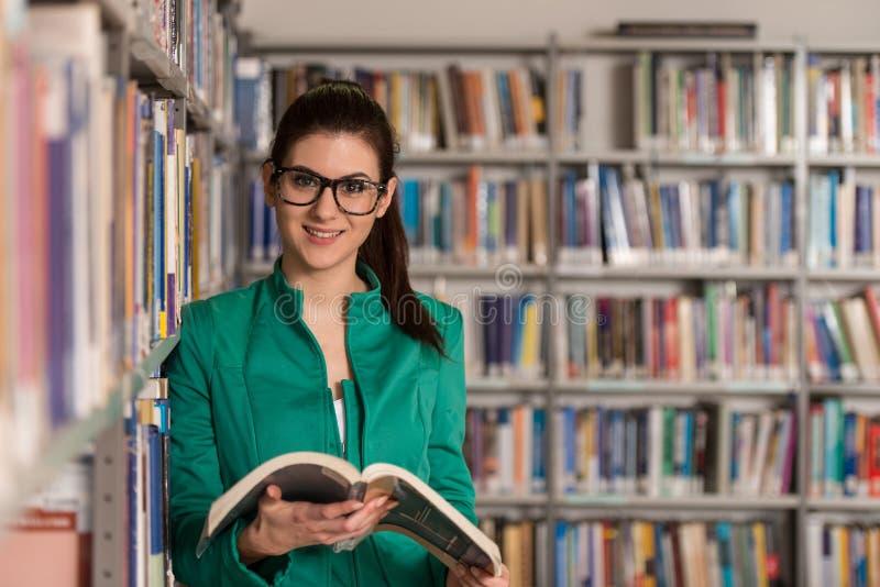Lyckligt With Book In för kvinnlig student arkiv arkivbild