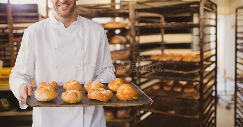 Lyckligt bröd för innehav för man för små och medelstora företagägare royaltyfria bilder