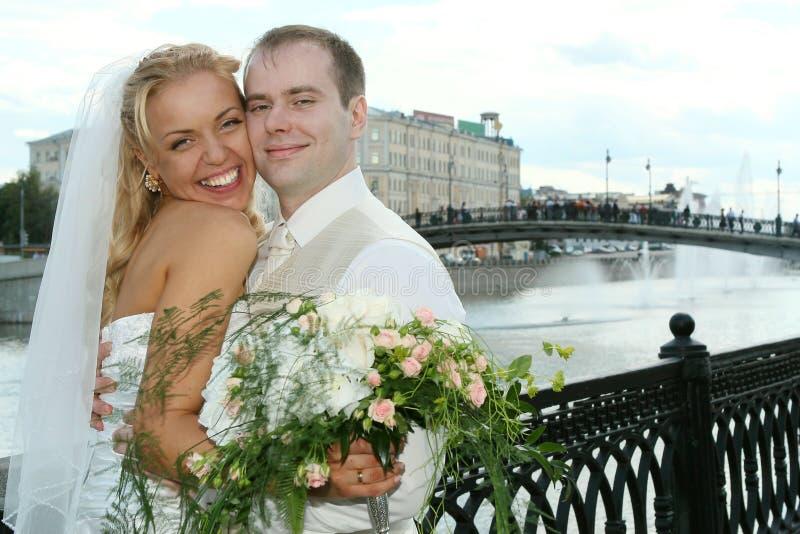 lyckligt bröllop för par arkivfoto