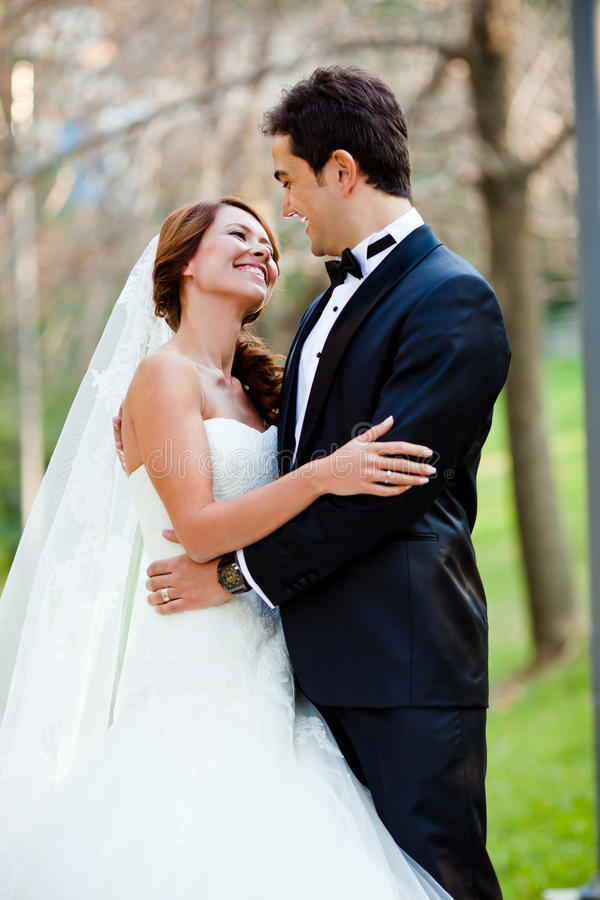 Lyckligt bröllop kopplar ihop royaltyfri bild