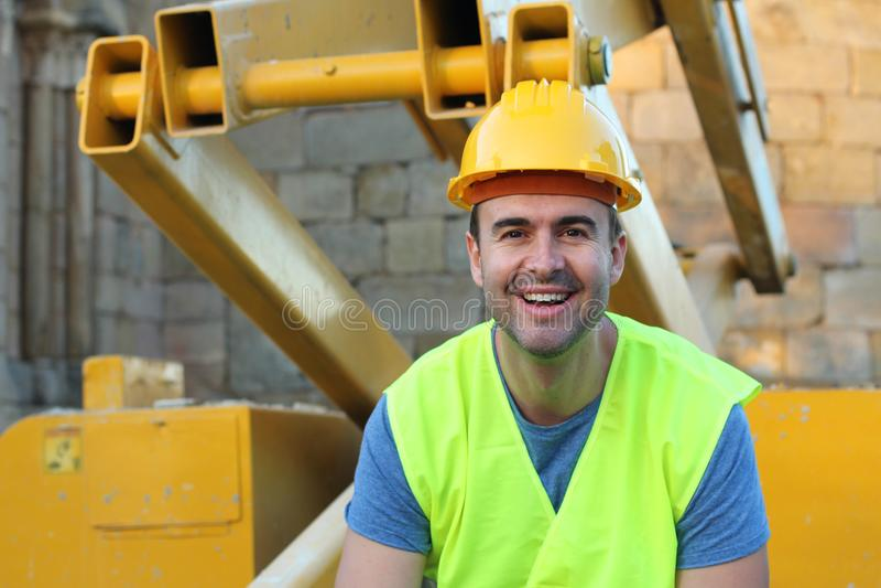 Lyckligt byggnadsarbetareslut upp arkivbild