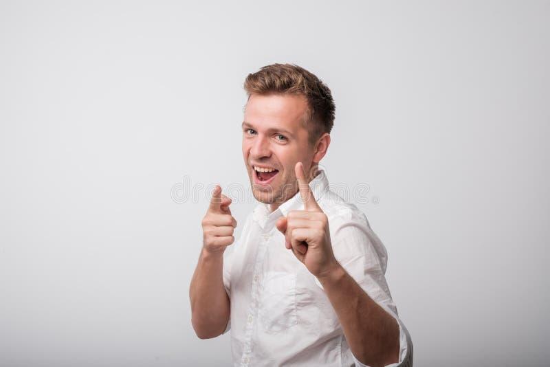 Lyckligt caucasian anseende och le för man Härlig manlig i halvfigur stående arkivbilder