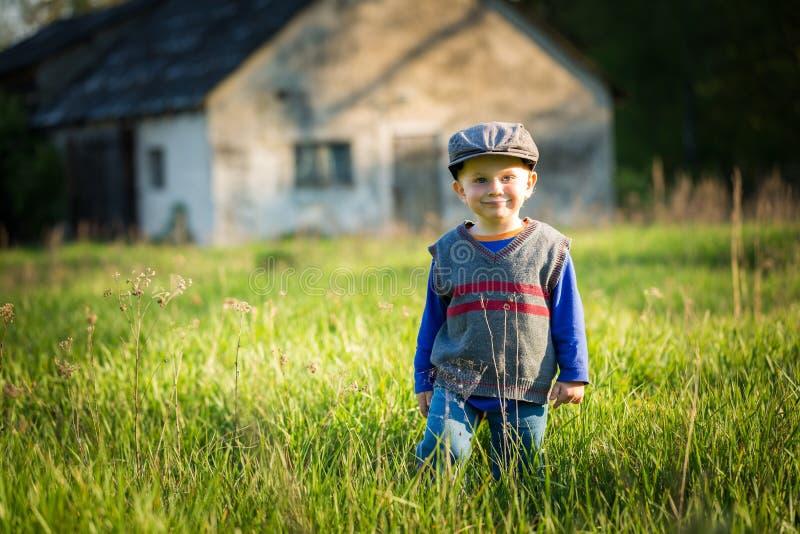 Lyckligt caucasian spela för pojke som är utomhus- arkivbilder