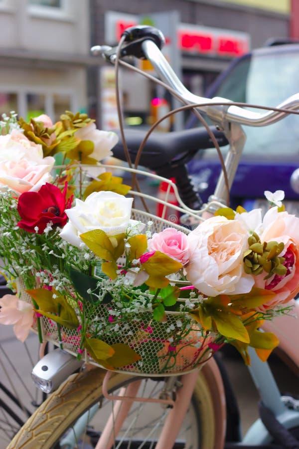 Lyckligt cykla i staden royaltyfria bilder