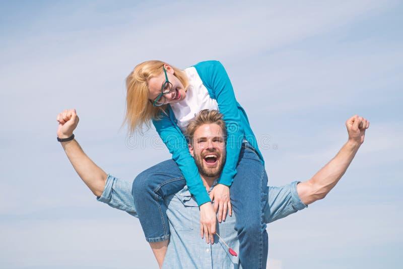 Lyckligt datum för par som har gyckel tillsammans Vänner tycker om datumet och mening fritt svart isolerad begreppsfrihet Förälsk fotografering för bildbyråer