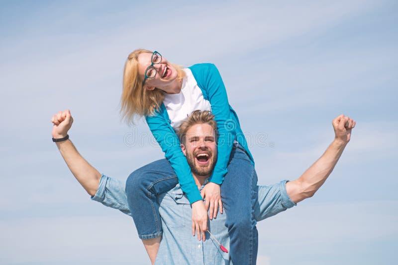 Lyckligt datum för par som har gyckel tillsammans Vänner tycker om datumet och mening fritt svart isolerad begreppsfrihet Mannen  arkivfoton