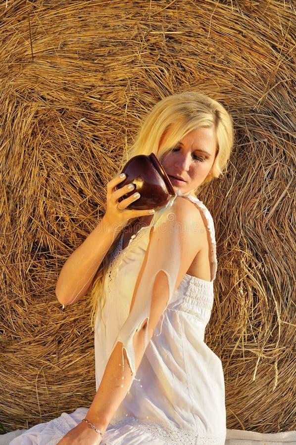 Lyckligt dricka för kvinna mjölkar från cruse eller bilskrället royaltyfria foton