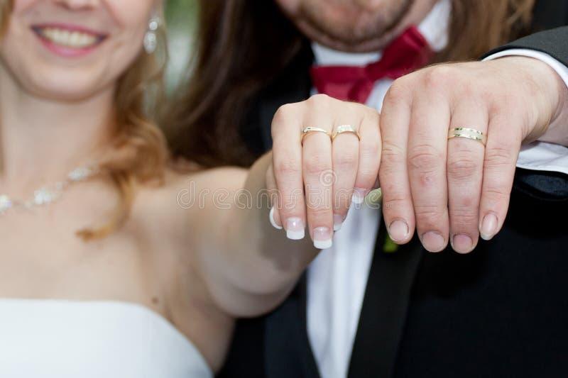 lyckligt för par som nytt att gifta sig arkivfoton