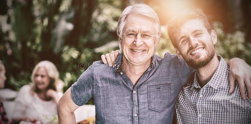 Lyckligt fader- och sonanseende i gård fotografering för bildbyråer