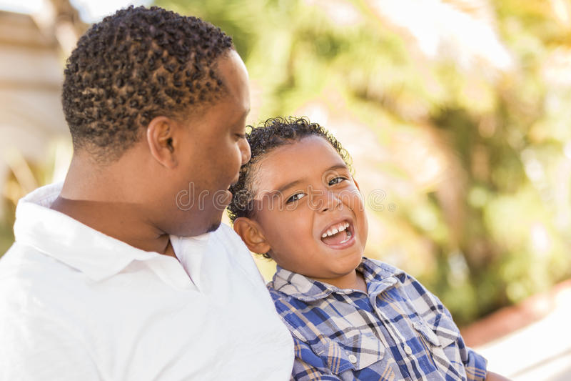 Lyckligt fader- och Sonsamtal för blandad Race royaltyfri foto