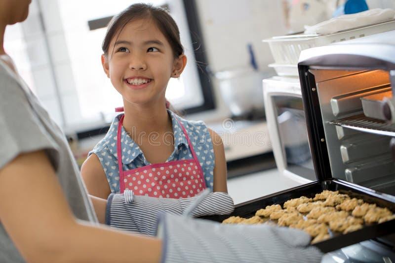 Lyckligt familjögonblick i kök arkivbild