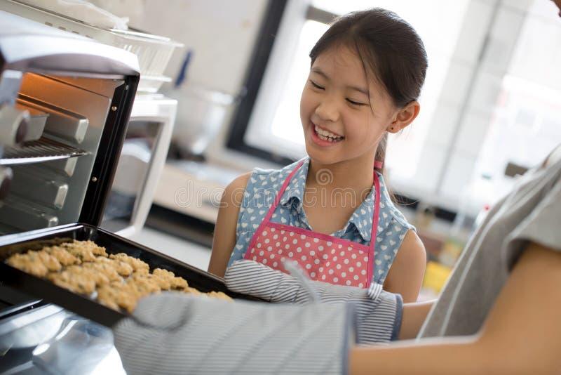 Lyckligt familjögonblick i kök arkivfoton