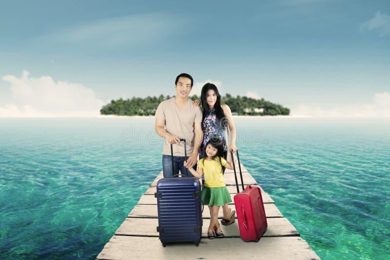 Lyckligt familjanseende på semesterortbron arkivbilder