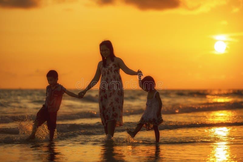 Lyckligt familjanseende på stranden fotografering för bildbyråer