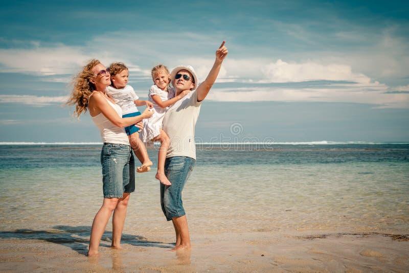 Lyckligt familjanseende på stranden royaltyfria bilder