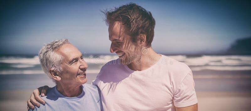 Lyckligt familjanseende på stranden arkivfoton