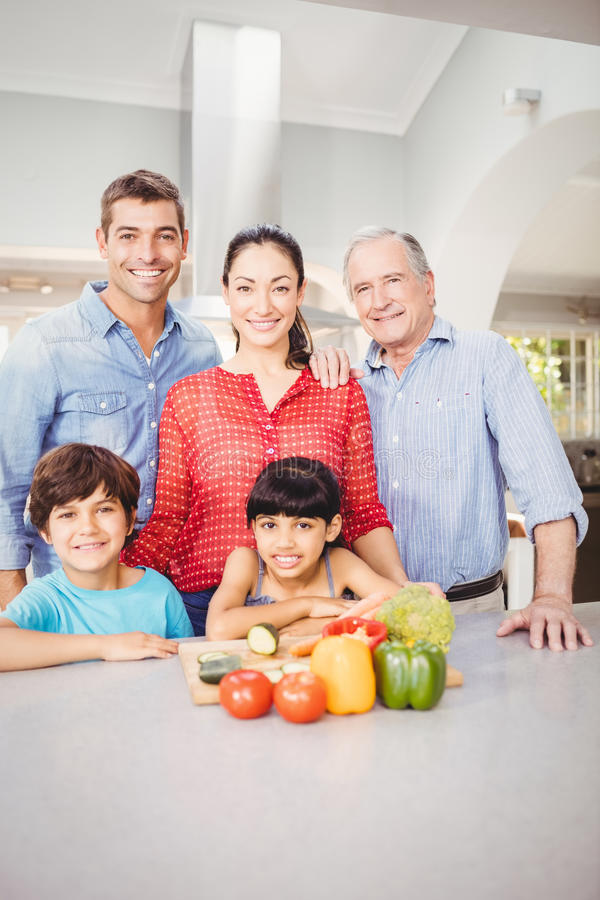 Lyckligt familjanseende vid köksbordet hemma arkivfoton