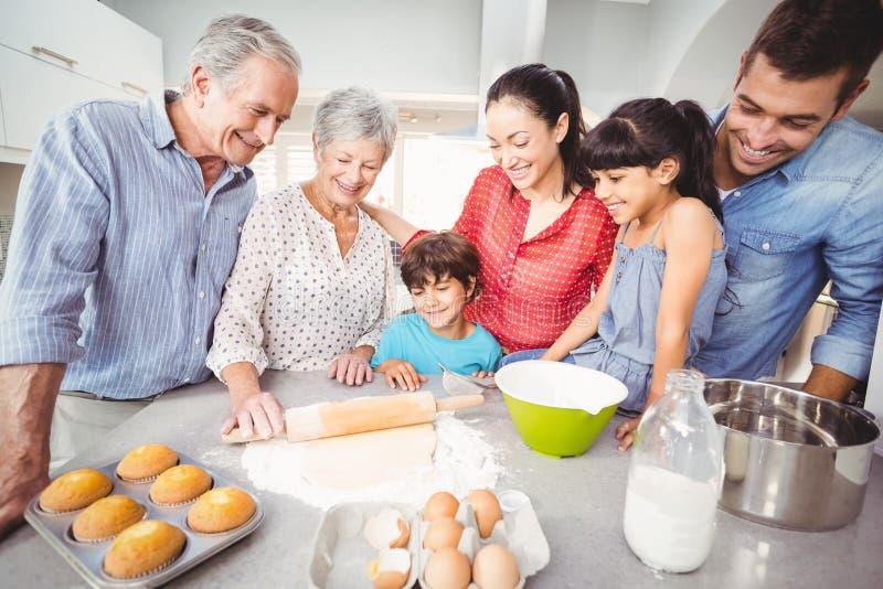 Lyckligt familjdanandebröd i kök arkivfoto