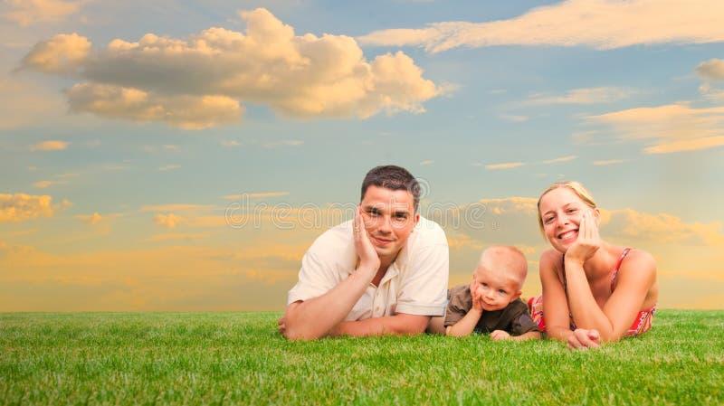 lyckligt familjgräs tillsammans royaltyfri bild