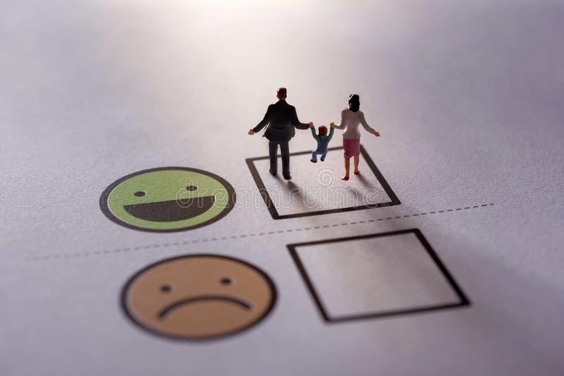 Lyckligt familjkundbegrepp gåva vid miniatyrdiagramet av fa royaltyfria foton