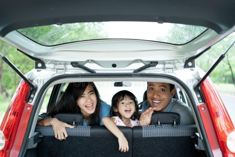 Lyckligt familjleende och skratt i bil fotografering för bildbyråer