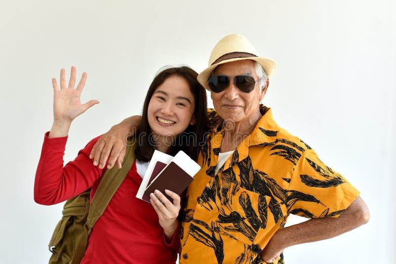 Lyckligt familjlopp, asiatisk hög fader och dotter som upphetsar för att ha att semestra tur arkivbilder
