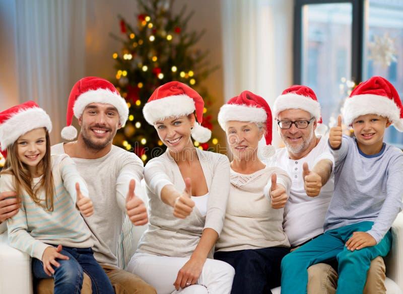 Lyckligt familjsammanträde på soffan hemma arkivfoto