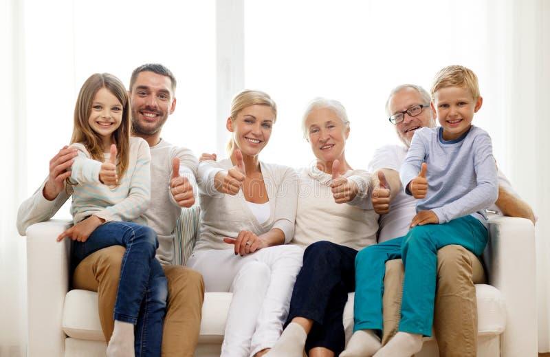 Lyckligt familjsammanträde på soffan hemma arkivbilder