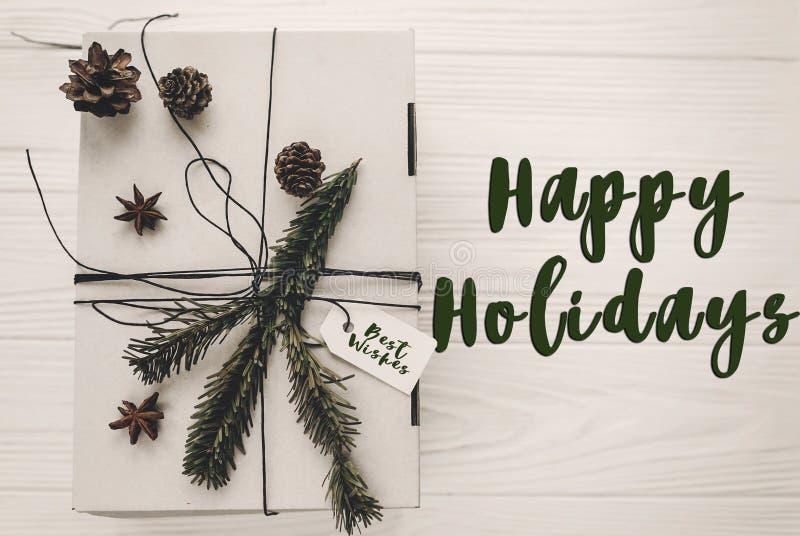 Lyckligt ferietexttecken, hälsningkort stilfull julrusti royaltyfria bilder