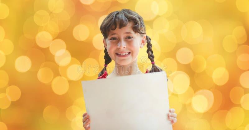 Lyckligt flickainnehavplakat över defocused bakgrund royaltyfri fotografi