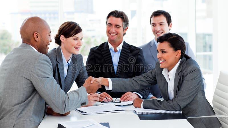 lyckligt folk för affärsclosingavtal royaltyfri fotografi