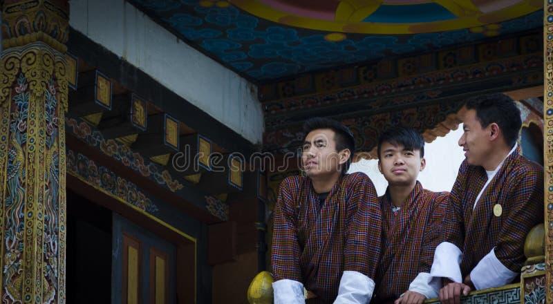 Lyckligt folk i traditionella klänningar arkivfoto