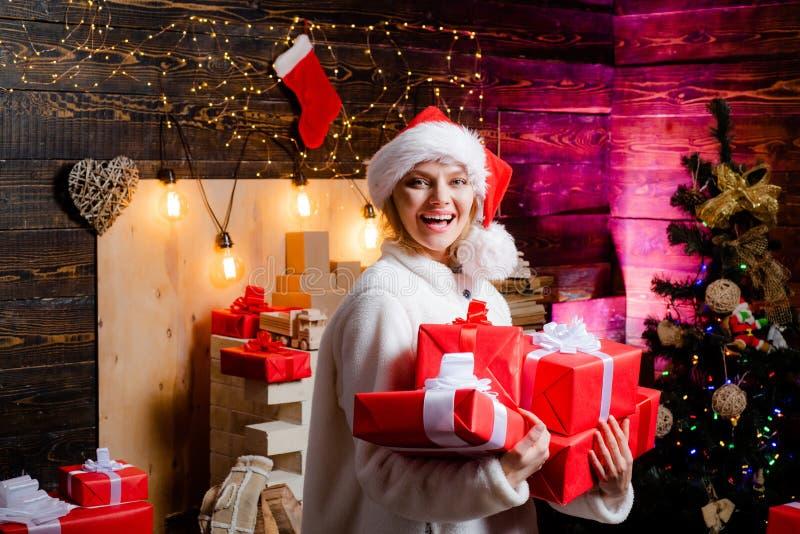 lyckligt folk lycklig kvinna barnfadergyckel som har att leka tillsammans Reaktioner för sinnesrörelse för vinterhelgdagsaftonnat fotografering för bildbyråer
