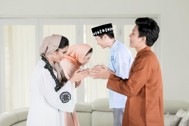 Lyckligt folk som förlåter under den Eid Mubarak dagen royaltyfria foton