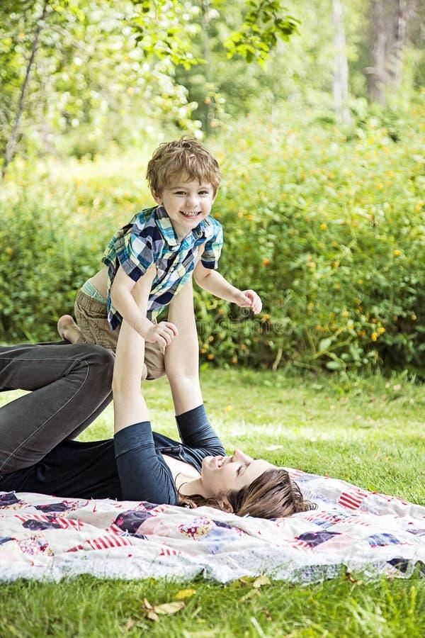 Lyckligt fostra och barnet royaltyfria bilder