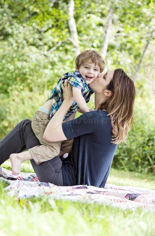 Lyckligt fostra och barnet royaltyfri foto
