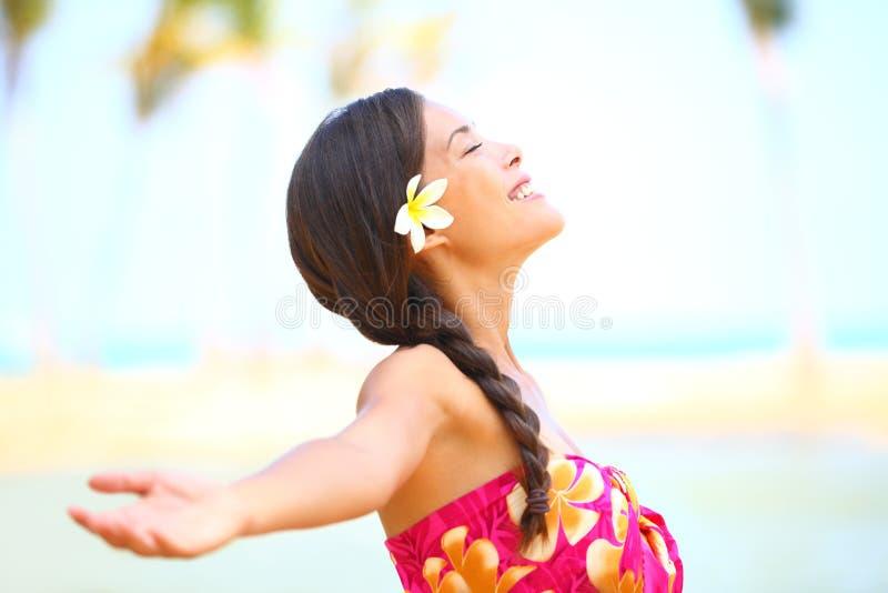 Lyckligt fridfullt för frihetsstrandkvinna fotografering för bildbyråer