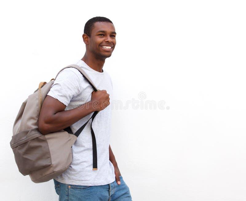 Lyckligt gå för afrikansk amerikanhögskolestudent royaltyfri fotografi