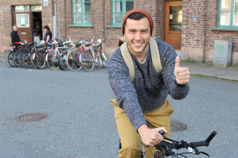 Lyckligt ge sig för cyklist tummar upp arkivbilder