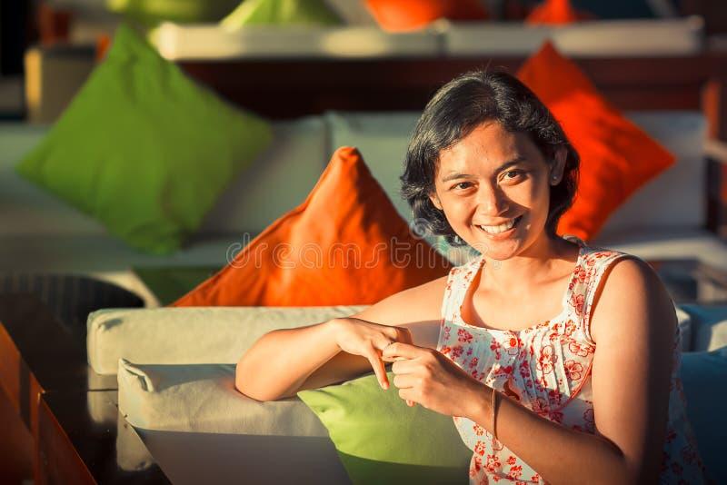 Lyckligt gift asiatiskt le för kvinna royaltyfri foto