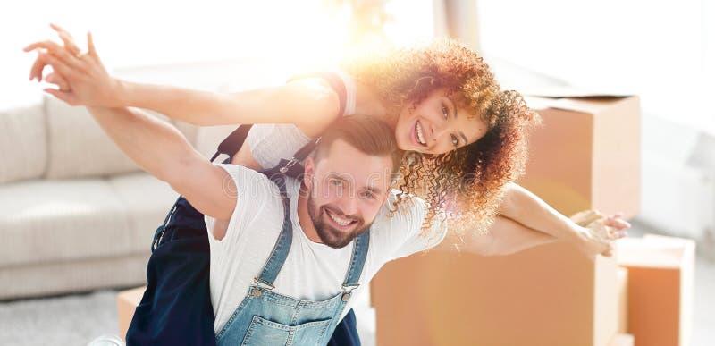 Lyckligt gift par i ett nytt hus royaltyfri foto