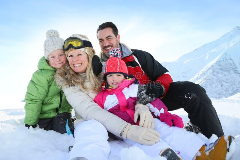 Lyckligt gladlynt familjsammanträde i snön arkivbild